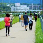 歩いている時にしっかりと腕は振れていますか?肘関節だけが動いているかもしれませんよ?